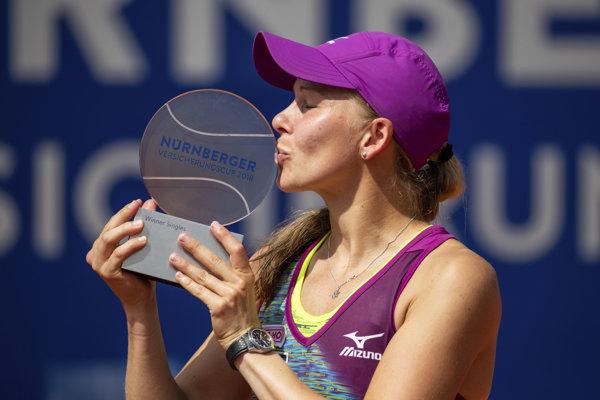 Johanna Larssonová bozkáva turnajovú trofej v Norimbergu.