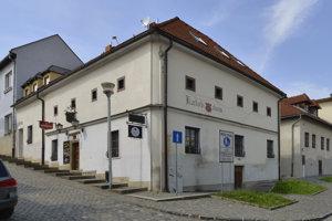 Na snímke Katov dom na rohu Stöcklovej (vpravo) a Veternej ulice, renesančná stavba z konca 16. storočia, v ktorej sídlil mestský kat. V dome bola aj väznica s útrpnou komorou.