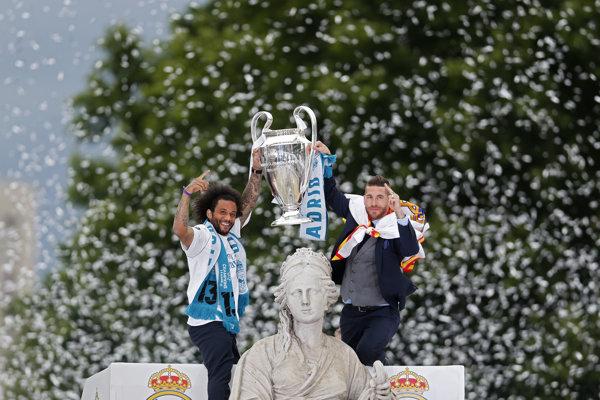 Marcelo (vľavo) a Sergio Ramos na fontáne Cibeles.