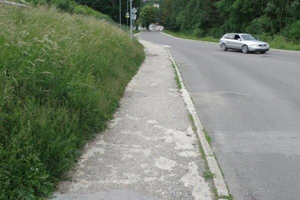 Opravy sa dočká aj tento chodník.