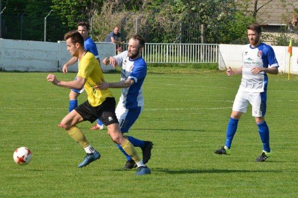 Futbalisti Kalnej nad Hronom (v bielom) sa stali víťazmi štvrtej ligy.