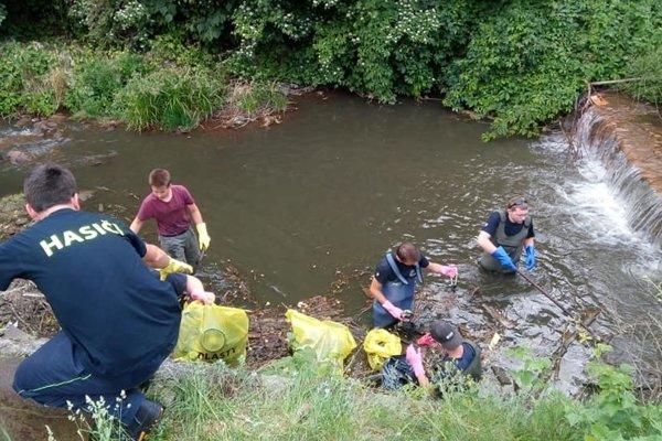 Dobrovoľníci čistia novobanský potok.