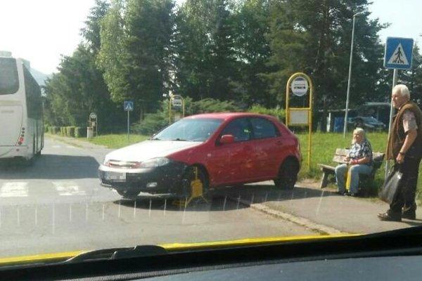 Auto s papučou vzbudilo pozornosť ľudí na Sládkovičovej ulici v Žiari.