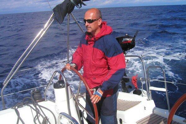 Tomáš Chudík, predseda klubu za kormidlom svojej lode.