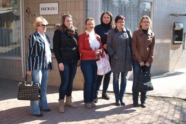 Časť nemocničných sestier Fakultnej nemocnici s poliklinikou Žilina, ktoré dnes podali výpoveď počas brífingu k aktuálnej situácii v nemocnici.