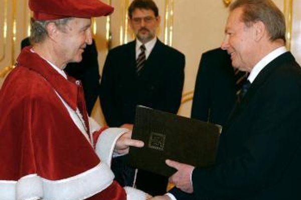 Na snímke R. Schuster /vpravo/ odovzdáva menovaciu listinu Prof. JUDr. Petrovi Blahovi, CSc., rektorovi Trnavskej univerzity v Trnave.