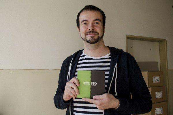 Tomáš Lazár so svojou knihou.