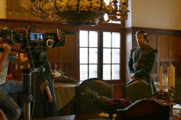 Herec Ján Koleník počas nakrúcania rozprávky Keď draka bolí hlava v interiéroch Budatínskeho hradu.