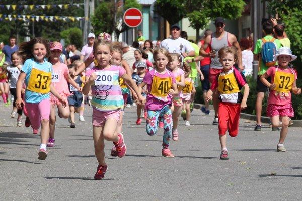 Detičky si preteky obľúbili. Vždy ich čaká v cieli sladká odmena.