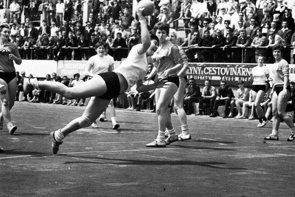 Pivotka Jana Kovalovská-Kuťková pri typickej streľbe. Plastika Nitra - Zora Olomouc 21:8, 17. 5. 1970