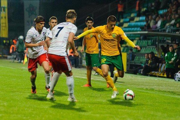 Zľava: Július Szöke, Stefan Cebara (FC ViON Zlaté Moravce) a László Bénes (MŠK Žilina) v zápase medzi Žilinou a Z. Moravcami.