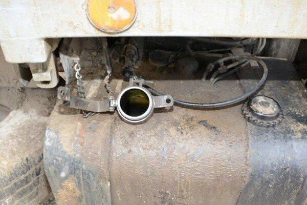 Zlodej sa neulakomil na naftu z nákladného auta.