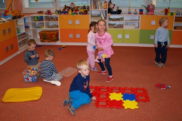 Deti sa hrajú vo vynovených priestoroch.
