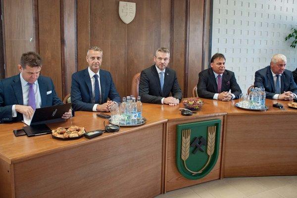 Zľava László Sólymos, Richard Raši, Peter Pellegrini, Dalibor Surkoš a Árpád Érsek.