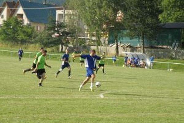 Gólová šanca Papradna (v modrom) proti Brvnišťu gólom neskončila.