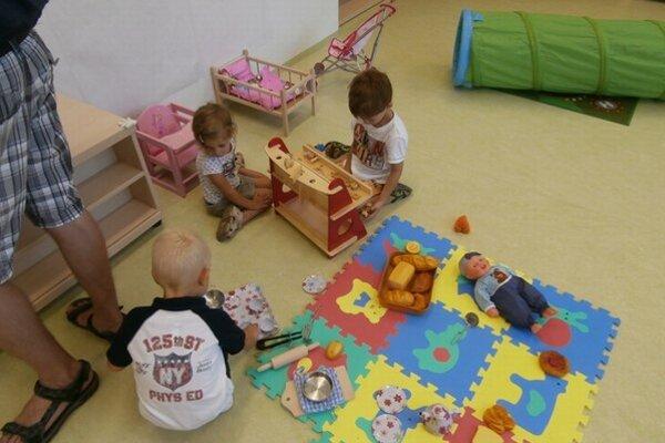 Deti pri hre v škôlke.
