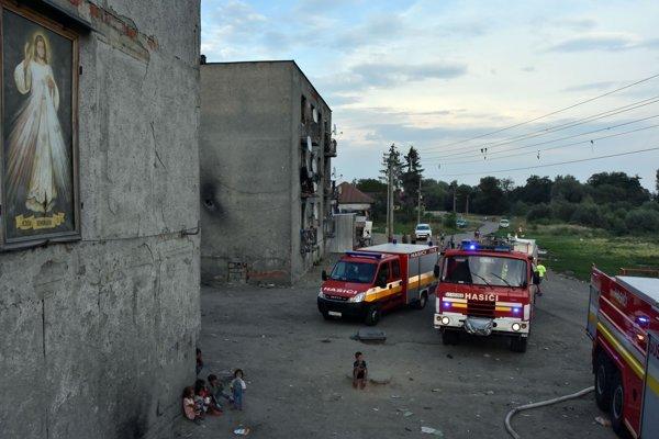 Na snímke požiar v rómskej osade v obci Sačurov v okrese Vranov nad Topľou.