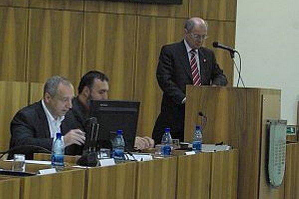 Vedúci finančného odboru mesta Anton Martaus (vpravo) hovorí, že podstatnú časť, ktorú chceli mať vo VZN prokurátorka nenapadla.