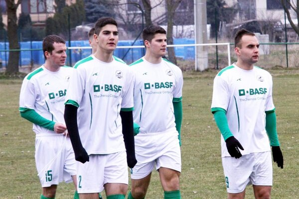 Futbalisti Veľkého Cetína (na archívnej fotke z marca) vyhrali v Lužiankach 7:0, pričom všetky góly strelili až v poslednej polhodine zápasu.