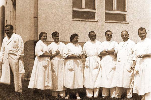 Prvá skupina lekárov vtedy Štátnej nemocnice vTrstenej.
