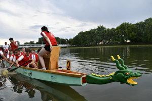 Dračia loď počas 9. ročníka podujatia Dragon cup, ktorého sa zúčastnilo 16 posádok.