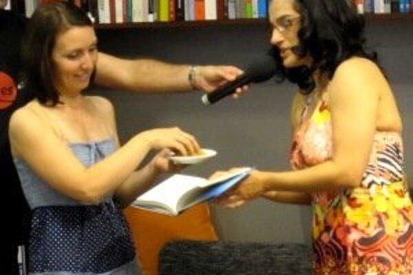 Krst knihy NeDokonalý plán. Autorka knihu pokrstila písmenkovými cestovinami.