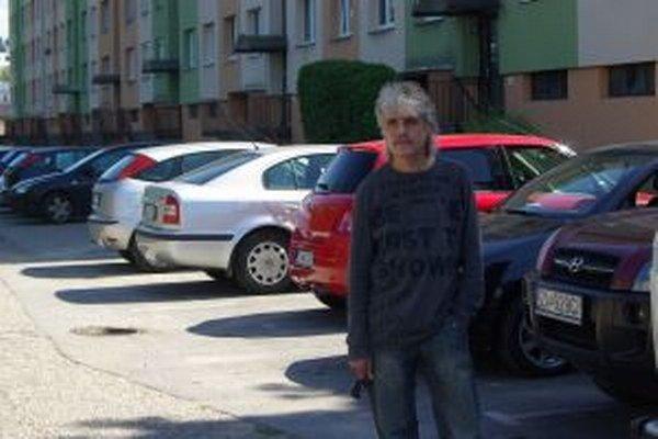 Autor petície Slavomír Fačkovec. Nechce, aby sa spoplatnenie parkovania riešilo takýmto spôsobom.