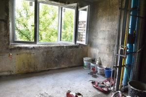 Robotníci opravujú aj byt v ktorom došlo k výbuchu.