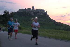 Účastníci nočného behu