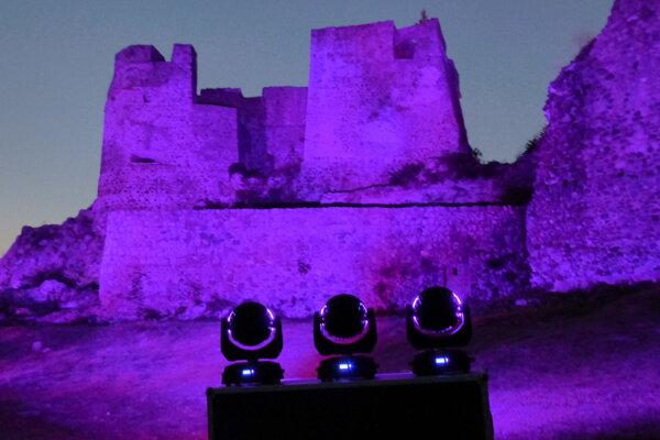 Osvetlený hrad počas podujatia súkromnej firmy v roku 2014. Nádvorie mali v prenájme, urobili takúto svetelnú show.