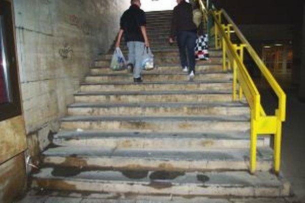 Podchod ku stanici je špinavý. Niektorí Žilinčania sa po výstupe z vlaku za mesto hanbia.