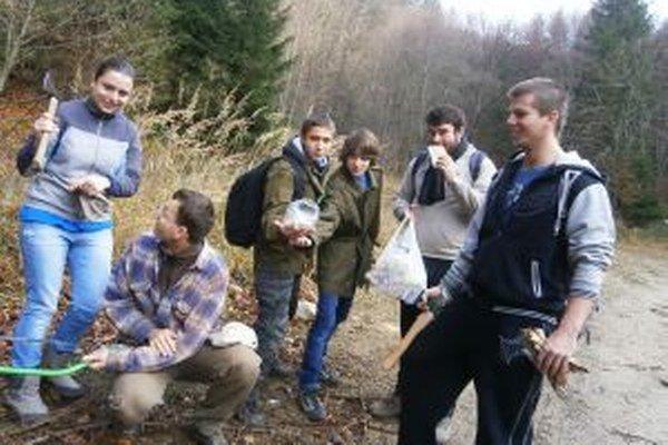Študenti pomáhali aj s kalamitným drevom a, samozrejme, si to užívali.