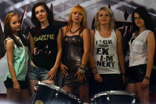 Dievčenská kapela Wasted Strings. Zľava Nika, Alice, Lucy, Mary a Zuzka.