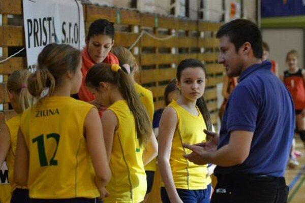 Mladé volejbalistky AC Uniza s trénerom.