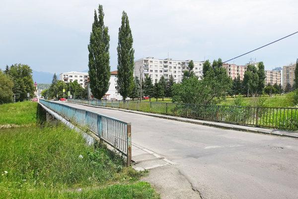 Most cez Váh medzi Nábrežím a areálom vodných športov.