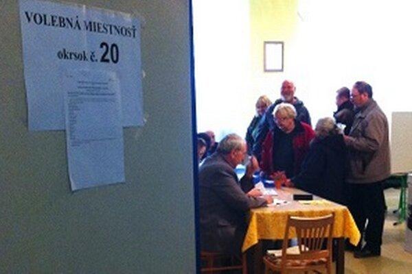 Voliči na základnej škole V. Javorku