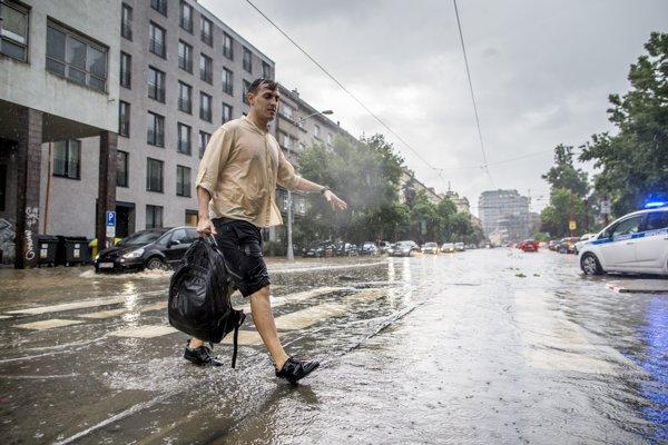 Pri prívalových dažďoch môžeme počítať so stekaním vody zo svahov, zatápaním pivníc, podchodov či podjazdov. Ilustračné foto.
