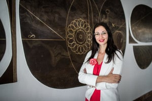 Barbora Bruant Gulejová (37) vyštudovala fyziku amanažment na Univerzite Komenského vBratislave. Doktorát zfyziky si spravila vošvajčiarskom Lausanne. Pracovala vMedzinárodnej agentúre pre atómovú energiu (MAAE) vo Viedni aako vedecká tajomníčka vOSN vŽeneve. VCERN-e sa venuje transferu vedomostí atechnológií, popularizácii vedy, vzdelávaniu akomunikácii, ako aj koordinácii ekonomickej spolupráce Slovenska aCERN-u.