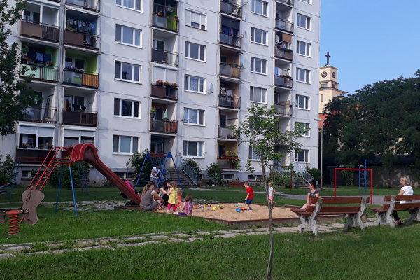 Ihrisko na Brezovej obľubujú nielen rodičia s malými deťmi, ale napríklad i dôchodcovia.