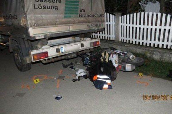 Prečo motocyklista do auta nabúral, vyšetruje polícia.