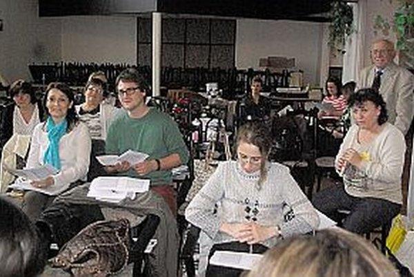 Učitelia tiež prešli praktickou výučbou. Vzadu vpravo profesor Ladislav Daniel.