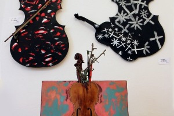 Z výstavy Na husličkách maľované.