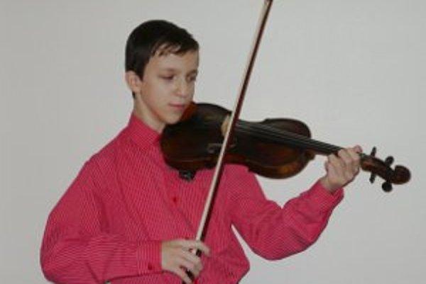 Dvanásťročný talentovaný huslista Filip Gutten. Je mimoriadne nadaný, hrá divadlo, recituje, a ovláda aj hru na klavír.