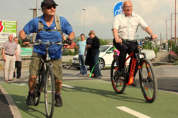 Primátor Boris Hanuščak (Smer-SD) na mestskom elektrobicykli pokrstil novootvorený cyklochodník za 600-tisíc eur. (Zdroj: REDAKCIA)