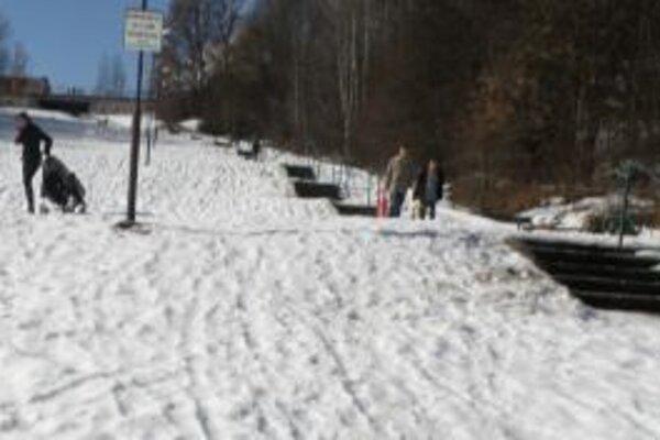 Najmä starší ľudia, ale aj rodičia s deťmi majú v zime problém s chodníkom a schodami zo Závodia na Hájik.