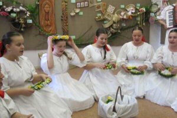 Výstavu Čas veľkonočný otvárali tancom a spevom. Výstava  je aj predajná a potrvá do stredy 4. apríla.