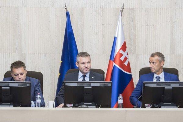 Zľava minister financií Peter Kažimír, predseda vlády Peter Pellegrini a podpredseda vlády pre investície a informatizáciu Richard Raši.