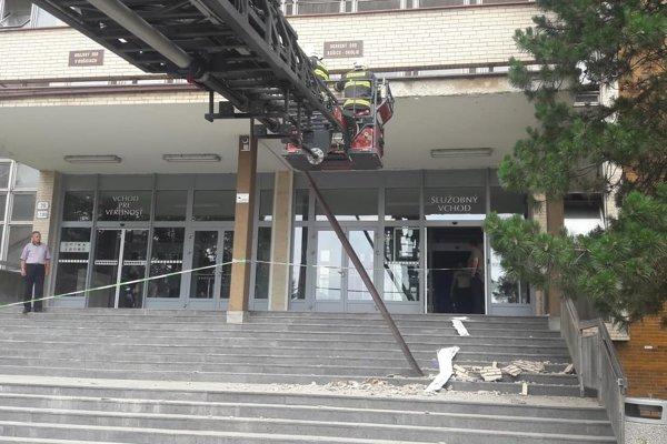 Hasiči zasahujú s rebríkom.