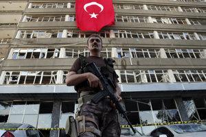 Príslušník špeciálnych síl tureckej polície. Ilustračné foto