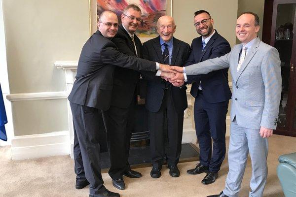 Na návšteve v Dubline. Zľava: Ivan Peko, Igor Pokojný (veľvyslanec SR vÍrsku), Joe Veselský, Marek Neštický (podpredseda TTSK) aBranislav Kalužný (podpredseda SSTZ).